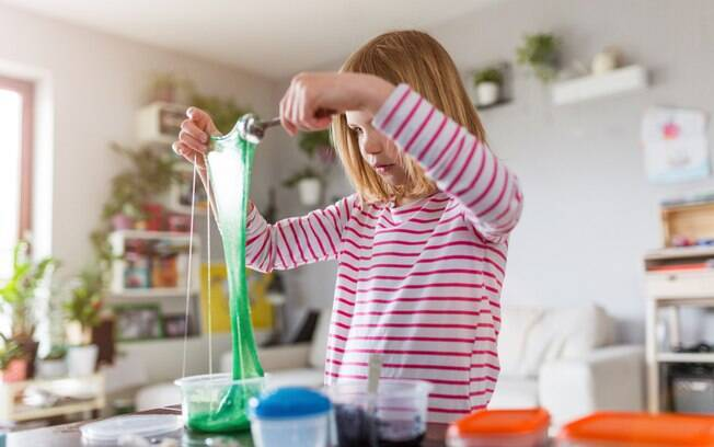 Profissionais recomendam não usar o bórax na receita do slime caseiro, além de fazer o procedimento com luvas
