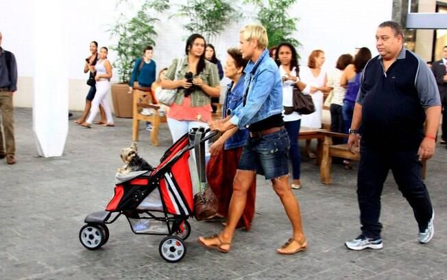 Xuxa deixa o shopping escoltada por um segurança
