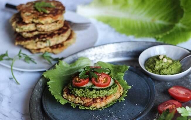 A dica para conseguir um hambúrguer vegetariano mais firme é colocar farinha na receita