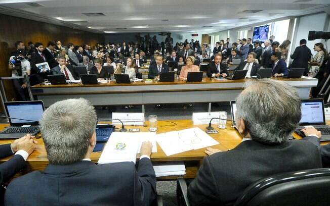 Senadores Antonio Anastasia (PSDB-MG) e Raimundo Lira (PMDB-PB), relator e presidente da CEI2016 respectivamente, à frente do Senado. Foto: Geraldo Magela/Agência Senado