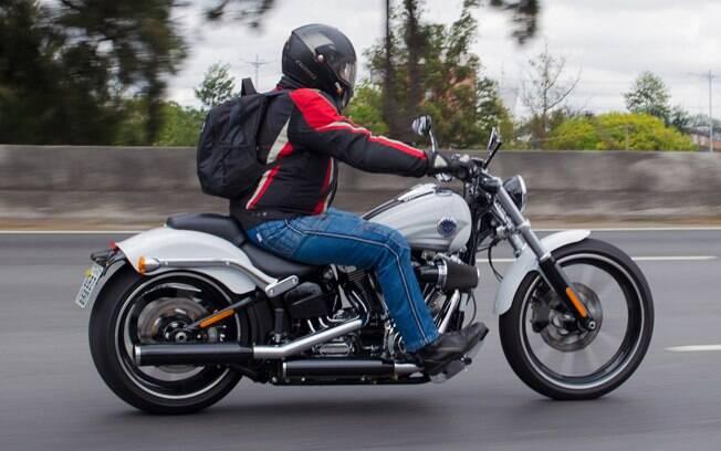 A Harley-Davidson Breakout tem pneu traseiro de 240 mm e guidão do tipo drag bar