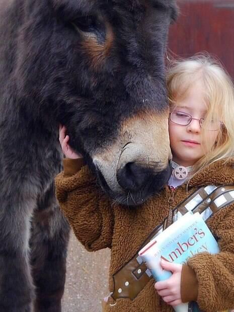Menininha que não conseguia falar diz a seu burro que o ama!