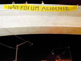 Grupo pôs faixa em viaduto que dá acesso ao bairro São João Batista