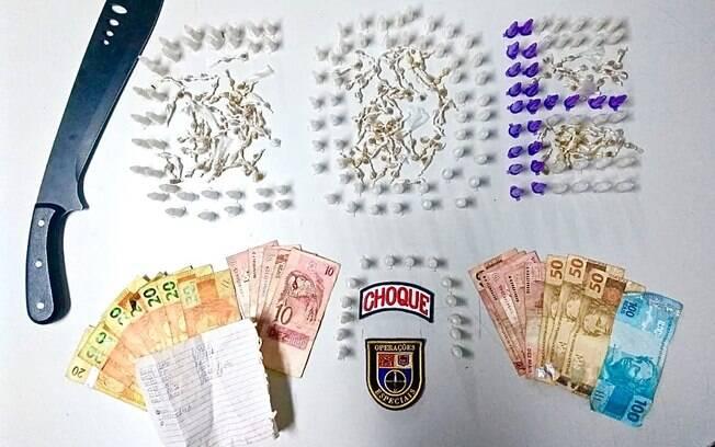 Parte do crack e cocaína aprendidos pelo COE, mais R$530. Note o pedaço de papel com anotações da contabilidade do tráfico