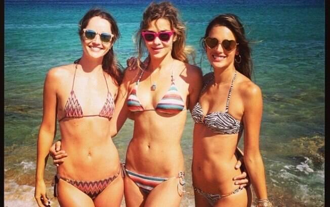 Renata Maciel, Ana Beatriz Barros e Alessandra Ambrosio posam de biquíni na Grécia