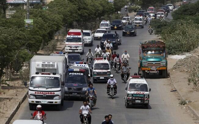 Ambulância leva corpos de mortos durante ataque a ônibus xiita