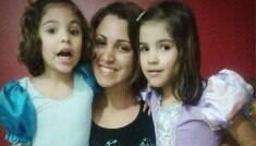 """""""Sofro preconceito"""", diz mãe que teve duas filhas na adolescência"""