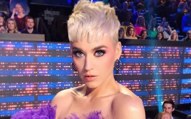Katy Perry segue uma das dicas de beleza mais simples e práticas ao fazer uma máscara caseira com ingredientes naturais
