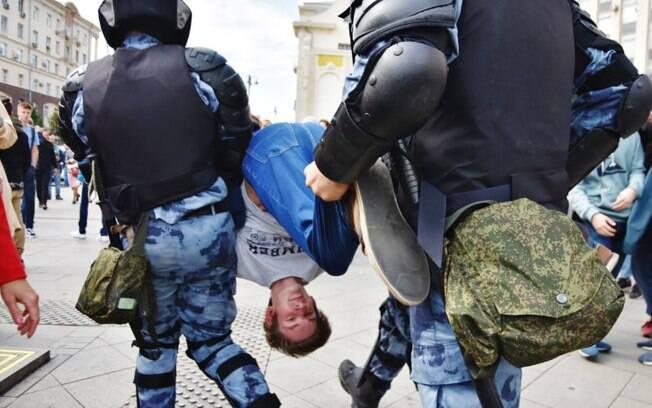 Manifestantes foram reprimidos pela polícia russa e centenas foram presos