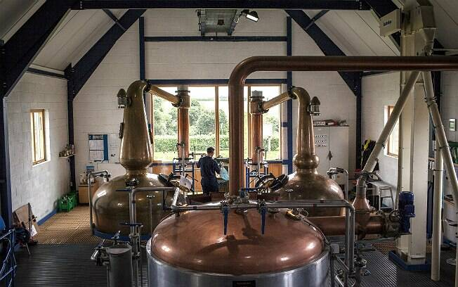 O mestre destilador David Fitt inspeciona fábrica da English Whisky Company, em Roudham