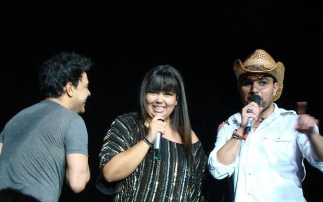Fabiana Karla canta com Zezé di Camargo e Luciano em cruzeiro