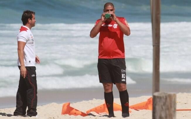 Adriano se hidrata em um intervalo do treino  realizado nesta sexta (31/8), na praia da Macumba,  no Rio