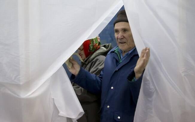 Idoso participa de referendo sobre anexação da Crimeia à Rússia, em Simferopol, Crimeia