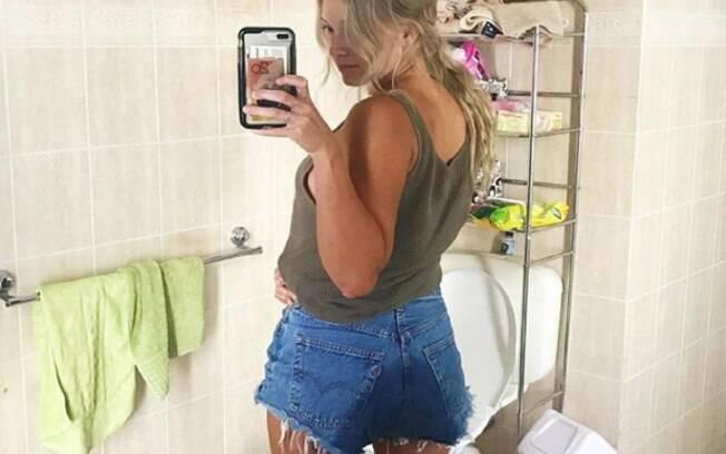 Sem se constranger, Emma usa foto que tirou após molhar as calças por conta de lesão para falar de empoderamento