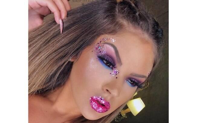 A make pela maquiadora Quézia Melo, do TP Beauty Lounge (RJ), usa cola para glitter na pálpebra e batom de longa duração por baixo do glitter