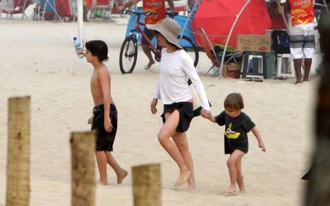 Fernanda Torres curte o final de tarde com os filhos