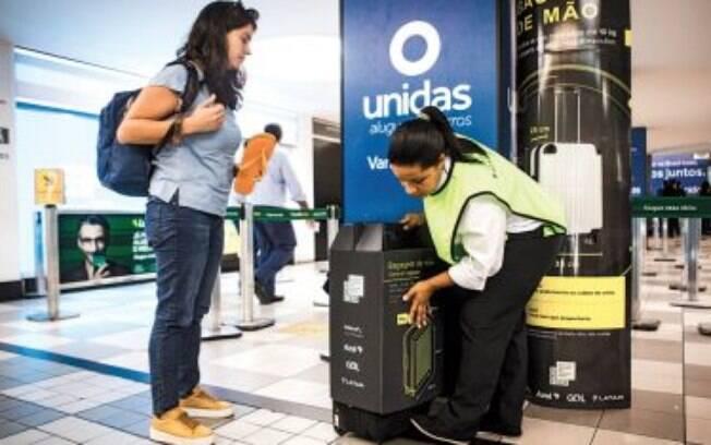 Funcionários da associação que representa as companhias áreas brasileiras orientam passageiros nos aeroportos