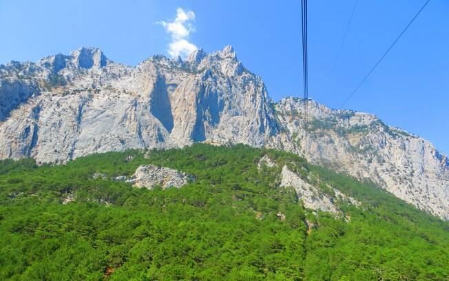 Vista da subida de teleférico a Montanha Ai-Petri