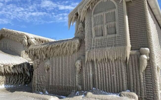 Camada de gelo que encobriu casas em Hamburgo tem 1 metro de espessura