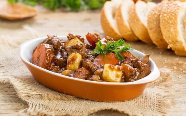 A carne de panela combina com legumes como cenoura, batata e mandioca, podendo ser servida com arroz