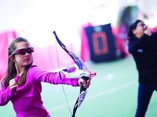Jogos. Meninas brincam na hora do recreio e recriam cenário de filmes que valorizam guerreiras