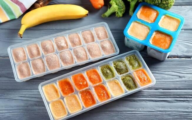 Indica-se colocar os cubinhos de papinha em potes herméticos e transportá-los em sacolas térmicas com gelo seco