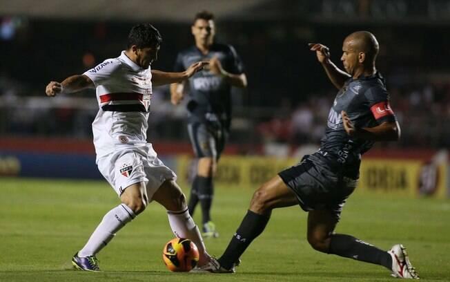 Aloisio entra em dividida com Valdomiro durante a vitória do São Paulo sobre a Portuguesa no Morumbi
