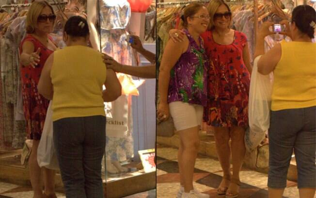 Susana Vieira atende pedido de fãs e tira foto na entrada de uma loja de roupas