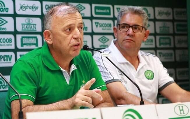 Paulo Magro, presidente da Chapecoense (à esquerda)