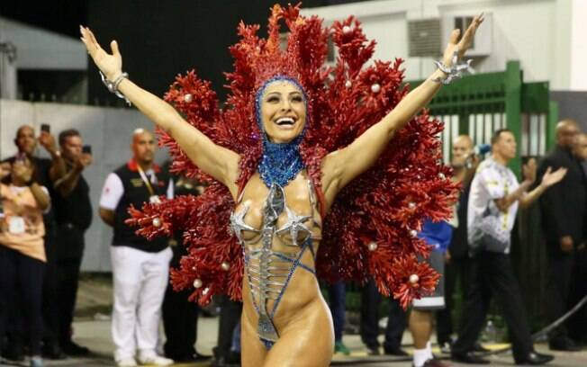 Sabrina Sato supera gripe e arrasa na avenida como madrinha de bateria da Gaviões da Fiel