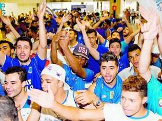Recepção festiva. Centenas de cruzeirenses tomaram o aeroporto de Confins no desembarque do time