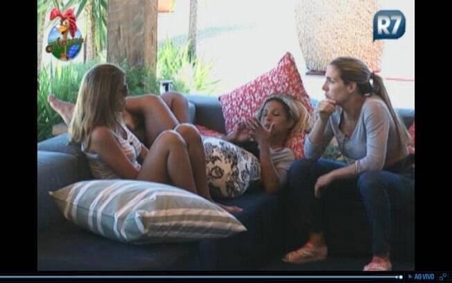 Raquel, Valesca e Joana conversam sobre o jogo