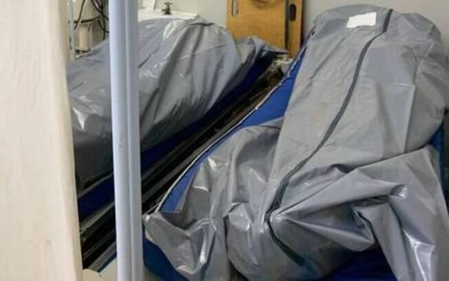 Sem ter onde armazenar, corpos são deixados em salas e corredores nos hospitais do Rio