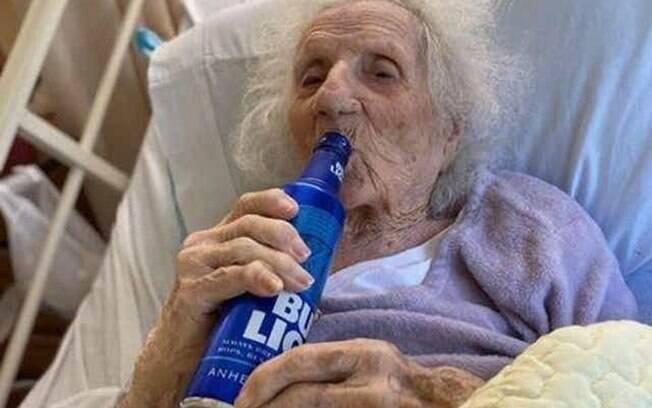 A polonesa Jannie Stejna, de 103, comemorou recuperação da Covid-19 com uma cerveja.
