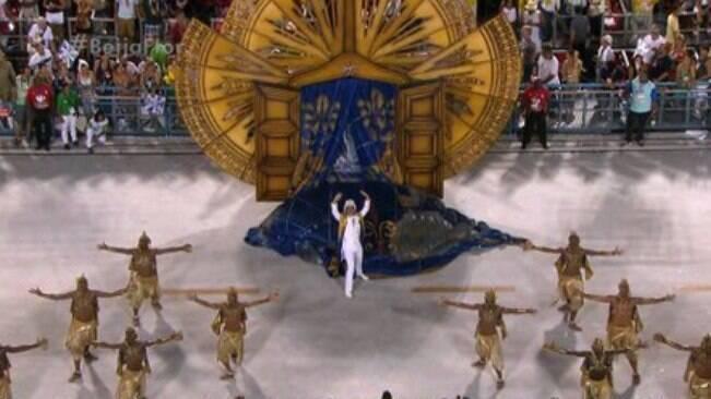 Beija-Flor faz homenagem à passarela do samba