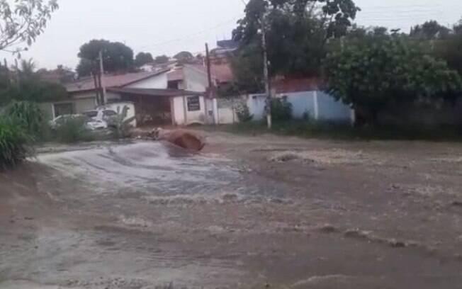 Crrego no Novo Campos Elseos transborda aps chuva