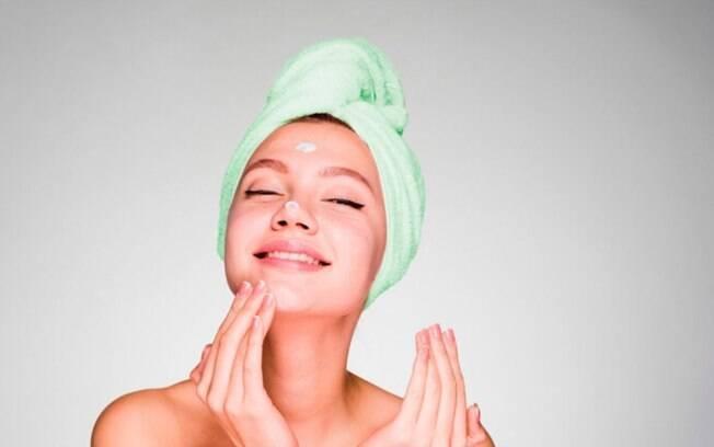 Imagem de uma mulher cuidando do rosto