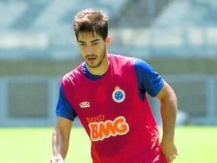 Carinho. Com apenas 21 anos, Lucas Silva chama atenção não só pelo bom futebol e atrai também as tietes da Raposa