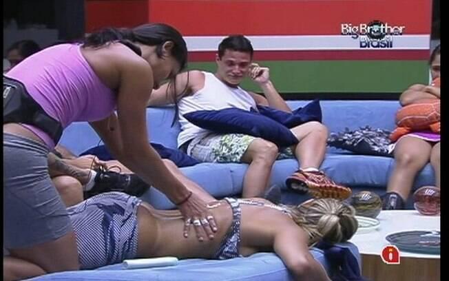 Kelly massageia Fabiana sob os olhares de Ronaldo