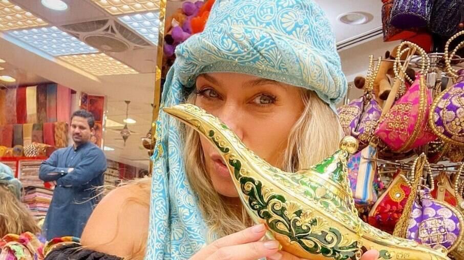 Adriane Galisteu curte férias em Dubai