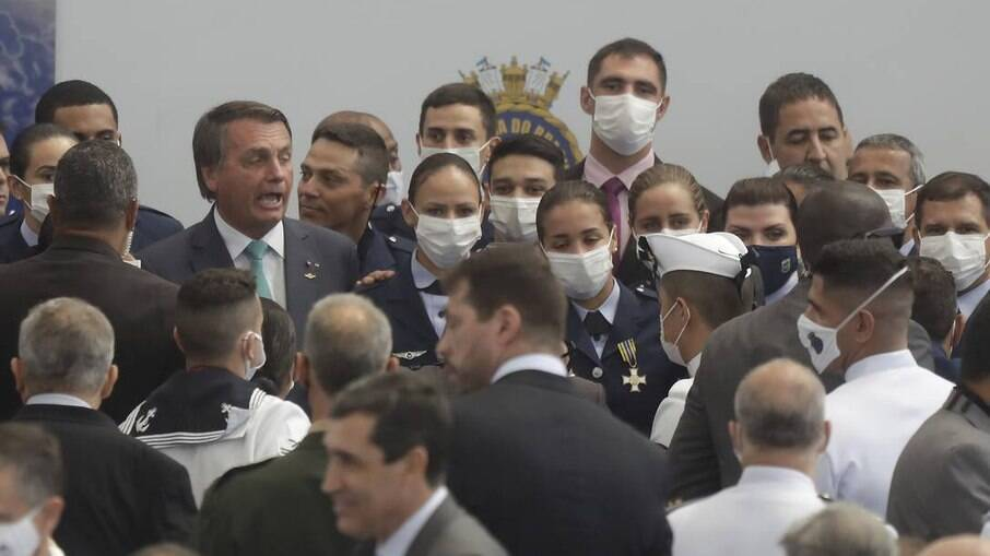 Presidente Jair Bolsonaro pede para que militares tirem máscara para foto