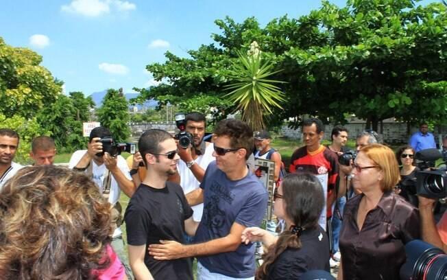 Nizo Neto é cercado por fãs e jornalistas