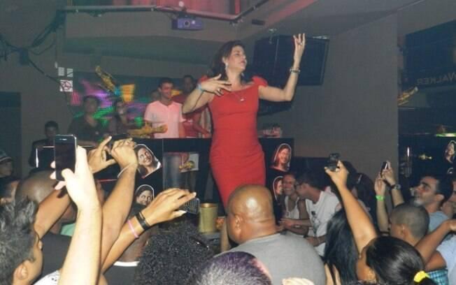 Empolgada, Narcisa Tamborindeguy subiu no palco e dançou para seus fãs