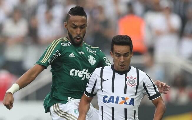 Jackson faz a marcação em Jadson no clássico entre Corinthians e Palmeiras, em Itaquera
