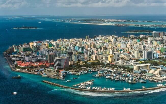 Malé, Capital das Maldivas, é uma cidade grande em um local exuberante.