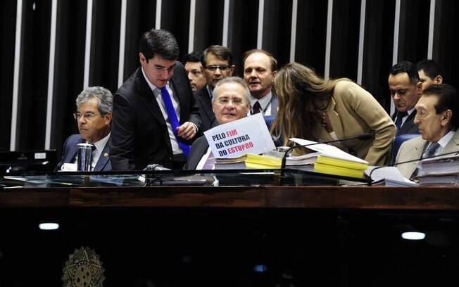 Autora do projeto, senadora Vanessa Grazziotin (PCdoB-AM) entrega cartaz a Renan Calheiros