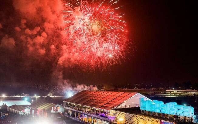 Fogos de artifício ao final da apresentação de Jack White no Lollapalooza Brasil 2015