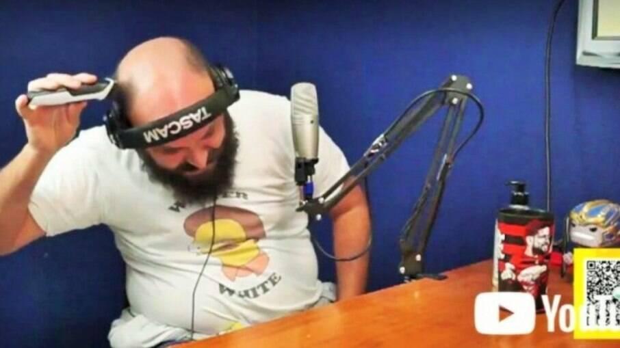 Paulinho Serra raspa o cabelo em homenagem a Paulo Gustavo