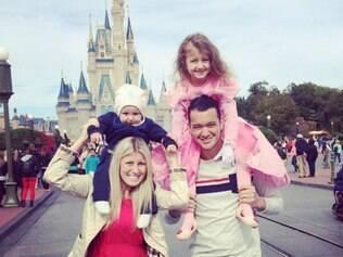 O zagueiro Rever do Atlético visita a Disney (EUA), com a esposa e filhos
