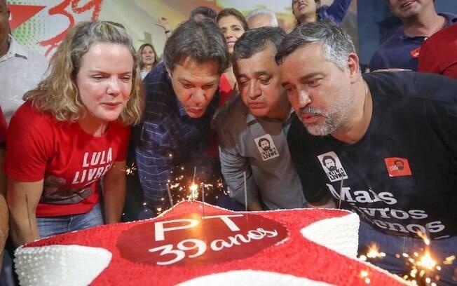 Fernando Haddad criticou a família Bolsonaro durante a festa de aniversário do PT, comemorado neste sábado (9)
